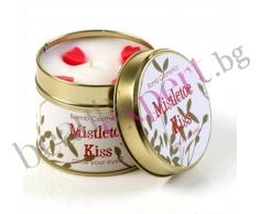 BOMB COSMETICS - Ароматизирана свещ Mistletoe Kisses